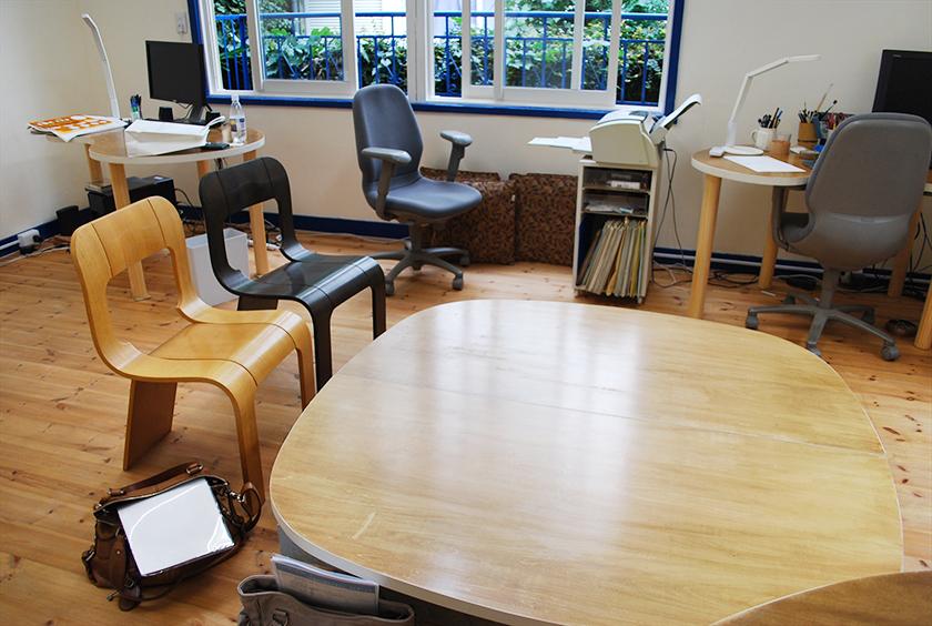 店頭で展示していた中古オフィスチェアをご導入 - 一流メーカーである、オカムラのオフィスチェアはクッション性などの品質が良く、 一度座って頂くとその良さがよく分かります。
